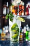 Cocktail basato sulle foglie bianche di menta e del rum Fotografia Stock Libera da Diritti