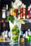 Cocktail basato sulle foglie bianche di menta e del rum Fotografia Stock