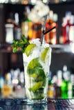 Cocktail basato sulle foglie bianche di menta e del rum Immagine Stock Libera da Diritti