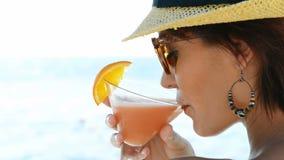 Cocktail bebendo da menina no mar video estoque