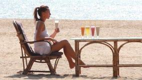 Cocktail bebendo da mulher video estoque