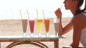 Cocktail bebendo da mulher vídeos de arquivo