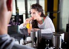 Cocktail bebendo da mulher bonita Imagem de Stock