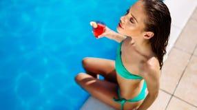 Cocktail bebendo da mulher bonita e tomar sol na associa??o fotos de stock
