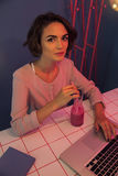 Cocktail bebendo de sorriso do batido da menina bonita Foto de Stock Royalty Free
