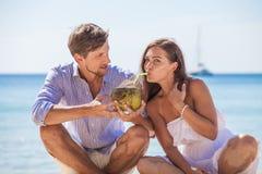 Cocktail bebendo do coco dos pares imagem de stock royalty free