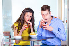 Cocktail bebendo dos pares do adolescente fotos de stock royalty free