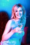 Cocktail bevente della donna graziosa in locale notturno Immagine Stock