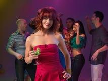 Cocktail bevente della donna sexy nel randello di notte Fotografie Stock