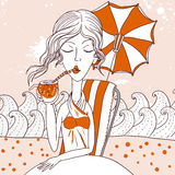 Cocktail bevente della noce di cocco della bella donna esotica Immagine Stock