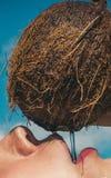 Cocktail bevente della spiaggia latte dei Cochi Spremuta bevente della noce di cocco della donna Vacanza di estate produzione di  fotografia stock libera da diritti