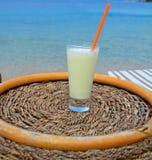 Cocktail bevente su una spiaggia Fotografia Stock