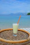 Cocktail bevente su una spiaggia Immagini Stock Libere da Diritti