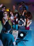 cocktail beventi e ballare davanti al DJ Fotografie Stock Libere da Diritti