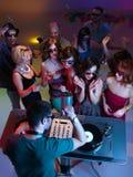Cocktail beventi e ballare davanti al DJ Immagine Stock