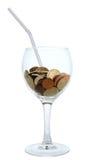 Cocktail: bicchiere di vino con il mucchio delle monete Fotografia Stock Libera da Diritti