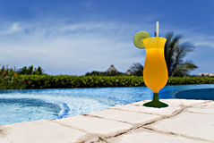 Cocktail bij de pool Stock Fotografie