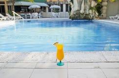 Cocktail bij het zwembad royalty-vrije stock fotografie