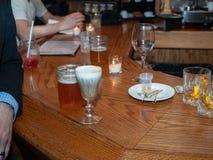 Cocktail, birra e la gente ad un happy hour ammucchiato Fotografie Stock Libere da Diritti
