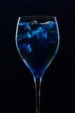 Cocktail bleu étonnant avec de la glace sur le fond foncé Photo libre de droits