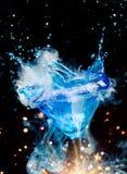 Cocktail bleu avec de la vapeur d'éclaboussure et de glace photographie stock