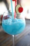 Cocktail bleu avec la cerise et la limette, kamikaze Image stock