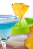 Cocktail bleu d'alcool avec l'ananas Images stock