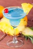 Cocktail bleu d'alcool avec l'ananas et la cerise Image stock