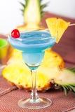 Cocktail bleu d'alcool avec la cerise Image stock
