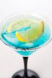 Cocktail bleu d'isolement sur le blanc photos stock