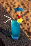 Cocktail bleu de lagune sur le fond de l'eau Photographie stock