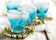 Cocktail bleu du Curaçao images stock