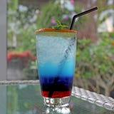 Cocktail bleu du Curaçao avec le citron frais image libre de droits