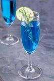Cocktail bleu du Curaçao avec le romarin, la chaux et le citron photo libre de droits