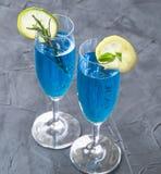 Cocktail bleu du Curaçao avec le romarin, la chaux et le citron image libre de droits