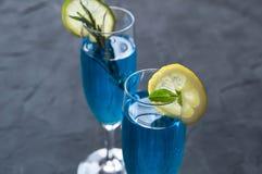 Cocktail bleu du Curaçao avec le romarin, la chaux et le citron photographie stock
