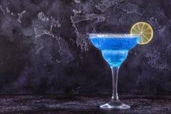 Cocktail bleu du Curaçao décoré du fruit photographie stock