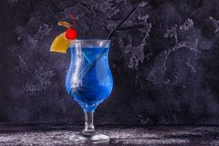 Cocktail bleu du Curaçao décoré du fruit photographie stock