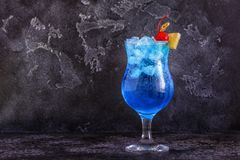 Cocktail bleu du Curaçao décoré du fruit photo stock