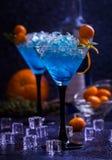 Cocktail bleu en glaces de martini photographie stock