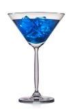 Cocktail bleu en verre de martini d'isolement sur le fond blanc Photographie stock