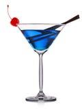 Cocktail bleu en verre de martini d'isolement sur le fond blanc Image libre de droits