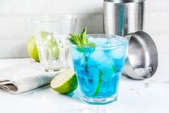 Cocktail bleu glac? d'alcool photographie stock