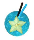 Cocktail bleu régénérateur frais avec le fruit coupé en tranches de caïmite et le m photo libre de droits