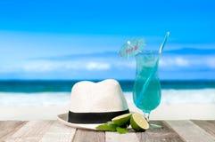 Cocktail bleu régénérateur sur la table de plage Vacances au paradis photos stock