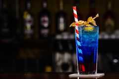 Cocktail bleu sur l'offre de barre photos stock