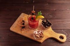 Cocktail bloedige Mary, die een cocktail maken royalty-vrije stock fotografie