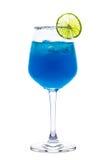 Cocktail blu con calce/cocktail blu/cocktail blu con calce isolata su fondo bianco Immagine Stock Libera da Diritti