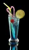 Cocktail blu con ghiaccio e calce Fotografie Stock