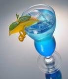 Cocktail blu con ghiaccio e l'arancia Fotografie Stock